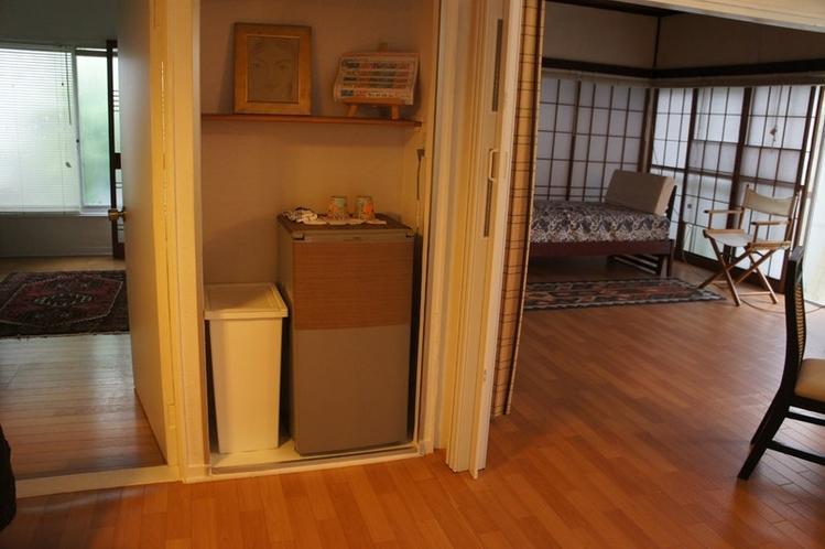 右八畳間+冷蔵庫+左部屋