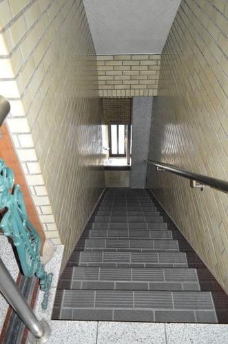 1階玄関から3階エレベータまでの階段