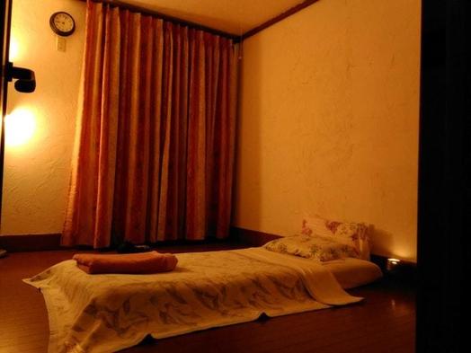 自然豊かな住宅地の2階シングルベッドの洋室(共有設備 バス、トイレ、ダイニングスペース)