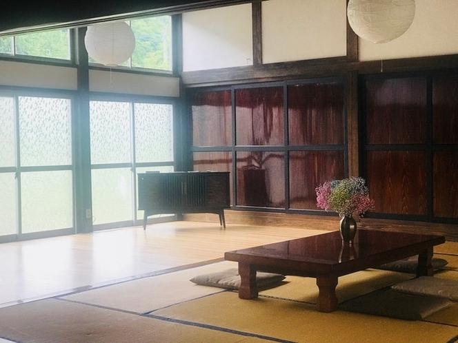 天井の高い約25畳の大広間は、畳でゴロゴロしたり、研修利用、ヨガなど自由な用途でお使い頂けます。