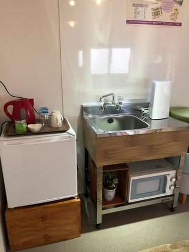 ミニキッチン・冷蔵庫・電子レンジ・加湿器を完備