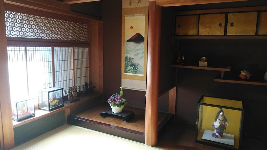 伝統的な床の間。窓の細工が見事。