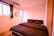 寝室② クイーンベッド