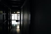 キッチンから見た廊下と玄関