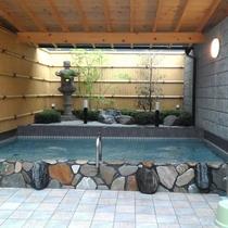 近くに露天風呂付き銭湯があります。
