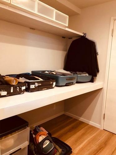 スーツケースで部屋が占領される経験ありませんか? 4つの大型スーツケースを開いたまま置いておけます。
