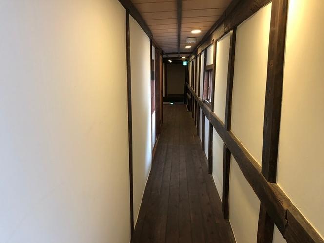 重要伝統的建造物の趣が感じられる長い廊下