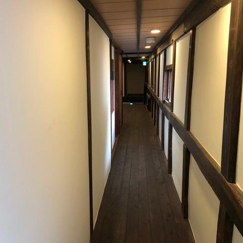 伝統的建造物の趣が感じられる長い廊下。