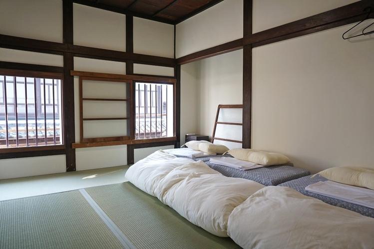 1~3名様でご利用いただける和室。伝統的な建造物の趣に癒され、落ち着いたひとときを過ごせます。伝統的