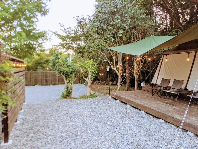 広い庭にはウッドデッキにテントを設置しておりグランピング気分も味わえます。