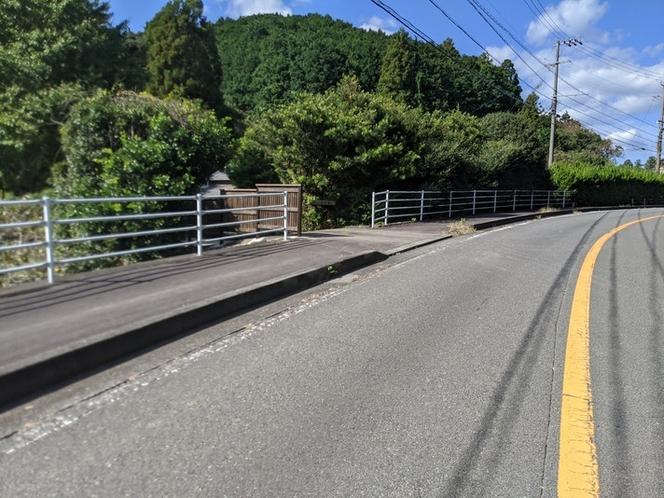 県道からの入口です。木塀があるところが進入路です