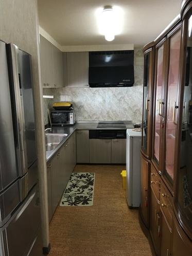 キッチン(IH調理器二基、冷蔵庫、電子レンジ、等がございます。基本的なものですがゲスト用調理器具、食