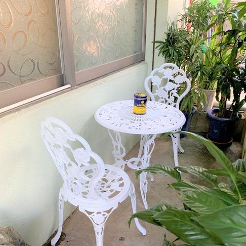 屋内は禁煙ですが、外に喫煙スペースがございます。