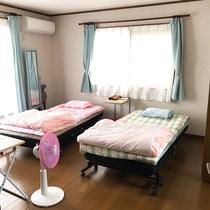 洋室8畳(16平方メートル)です。シングルベッド2。洋服やコートは、隣の部屋にクローゼットがあります
