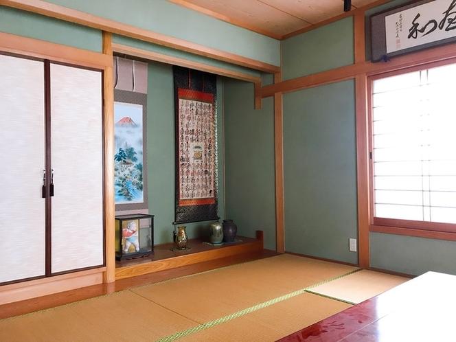 和室8畳(16平方メートル)です。洋服やコートは、床の間左の扉内にハンガーラックがあり、収納できます