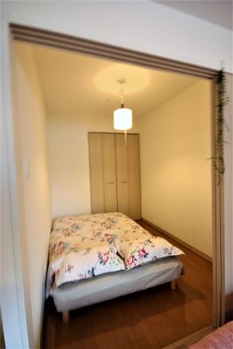 間仕切りのある寝室には、セミダブルベッド。