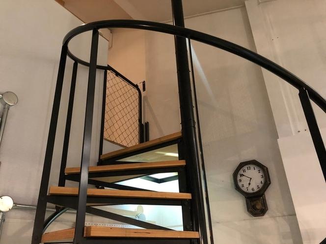 2階の寝室、シアタールームへは、螺旋階段をご利用いただきます。