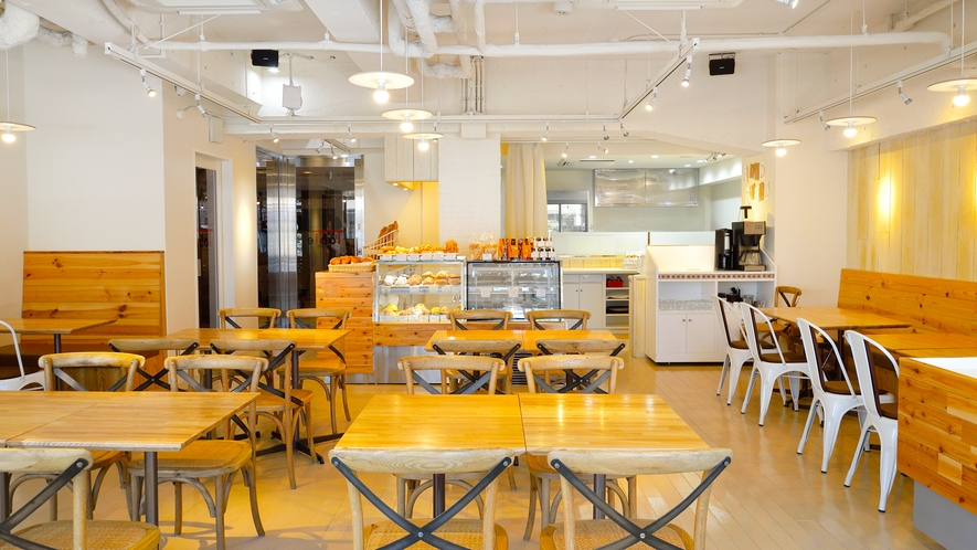 <朝食>広々としたスペースでご朝食をお楽しみください