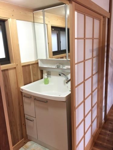 お部屋にトイレと洗面台があります。