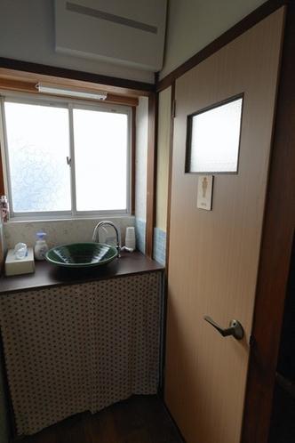 男性用トイレ、洗面台1