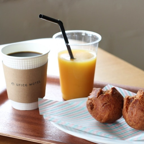 """コーヒー、沖縄のドーナツ〝サータアンダギー""""も無料で食べることができます"""