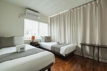 TWIN BEDROOM 朝陽が差し込む寝室