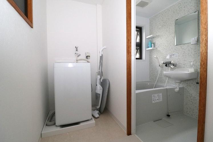 2階バスルーム、洗濯機、掃除機