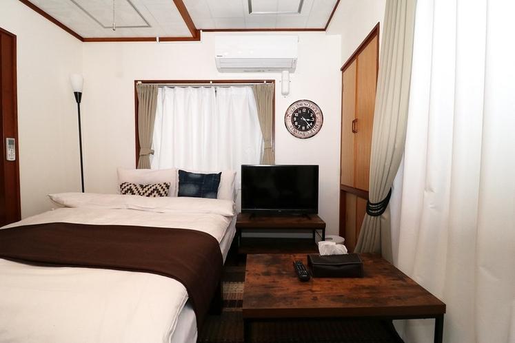 2階ベッドルーム(セミダブルベッド)