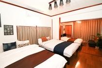 2階ベッドルーム(ダブルベッド2台、セミダブル1台、ソファ)