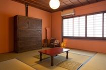 ベンガラ壁の8畳和室
