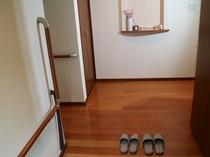 玄関はホストと共用になります。