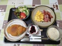 パンをご希望の方の朝食は、卵・ベーコン・サラダ・スープの他、ホスト手作りのソースを添えたヨーグルトも