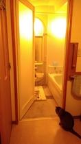 浴室内部も広さ十分。バスタブも大きめでゆったり入浴タイムを楽しめます。備付のソープ類や入浴剤も自由に
