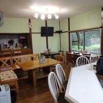 1階にはカフェを併設。歴史公園の森の緑を眺めながら、朝食・コーヒーをどうぞ!
