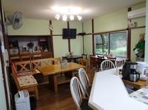 1階にはカフェを併設。歴史公園の森の緑を眺めながら朝食・コーヒーをどうぞ♪