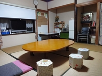 縁側もある和室続き間14畳の広々としたコミュニティスペース。ここにゲスト専用の冷蔵庫・電子レンジ・テ