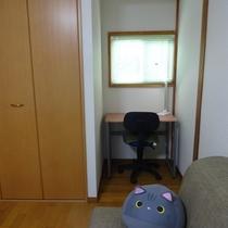 クローゼット横には小さな書斎スペースも。静かに読書やPC作業にもお使いください。