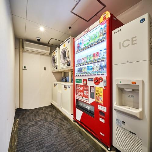 地下には、自動販売機、コインランドリー、製氷機コーナーがございます。