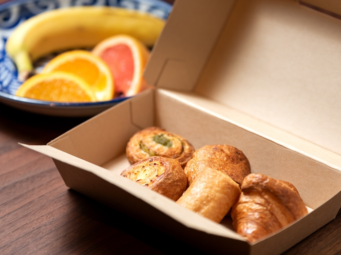 GIBIERの焼き立てパンが5点セットになった朝食BOXと季節のフルーツ、ドリンクを合わせた軽朝食