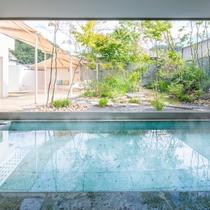女性大浴場『紅梅の湯』内風呂 庭園を望みながら温泉浴をお楽しみください♪