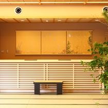 檜造りのフロントカウンター