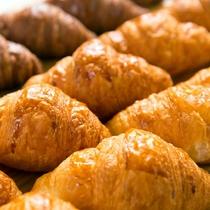 1番人気のクロワッサン♪ほんのり薫るバターとサックサク食感で納得の味!