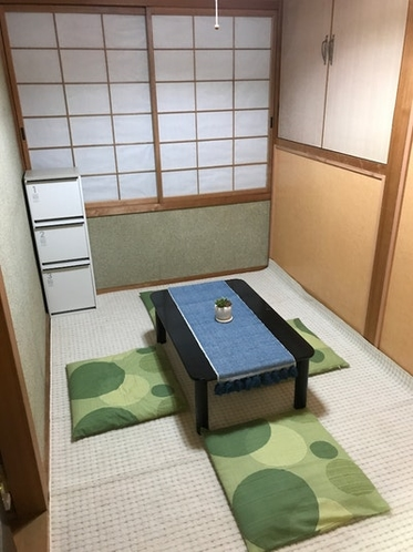 There is a private space of 3 tatami on the...