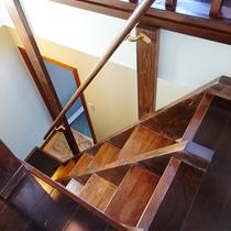 [202]1F客室風呂へ続く階段_段差は互い違いになっています。ゆっくり上り下りを!
