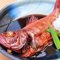 [稲取産地キンメを贅沢にも1尾使った甘じょっぱいタレが絶品!金目鯛の煮付け]