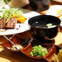 [夕食一例 金目鯛の釜飯にはお好みの薬味をのせて]