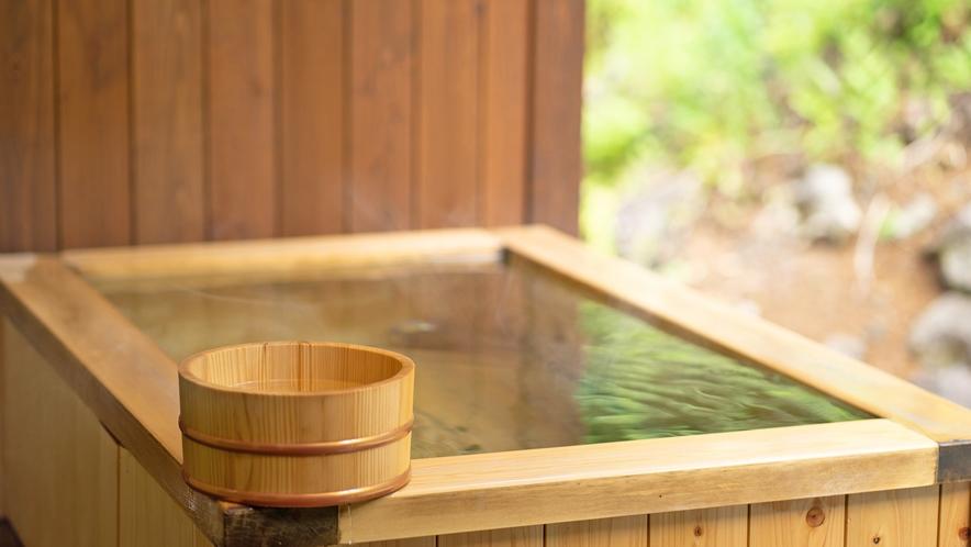 1F天然ヒノキの露天風呂付客室。開放感抜群の露天風呂はお好きな時間に何回でもお楽しみいただけます。