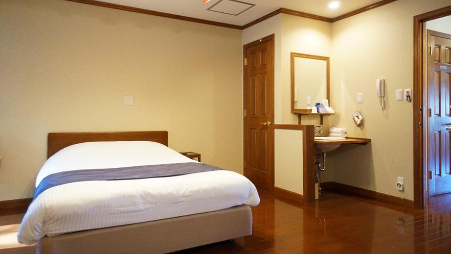1Fダブルベッドの客室は天然ヒノキの露天風呂を独り占め!