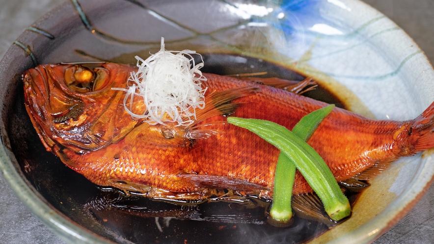 当館の金目鯛の煮付けは伊豆稲取産の贅沢「地金目」を使用しています。素材自体が最高級の逸品です。