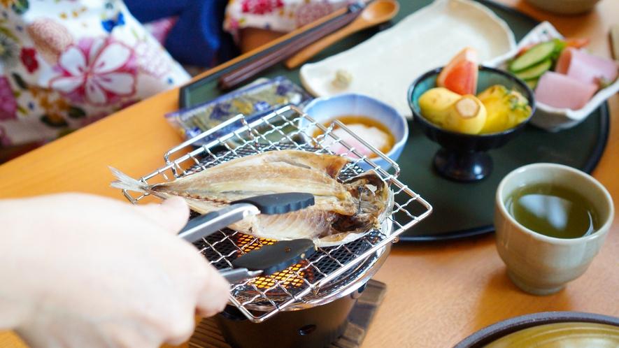 ご朝食にはお席で焼く干物は熱々をお召し上がりいただけます。